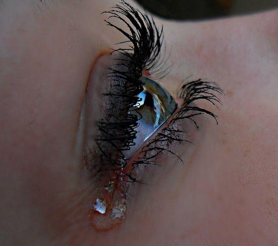 بالصور صور دموع حزينه , فوائد وانواع الدموع 3948 9