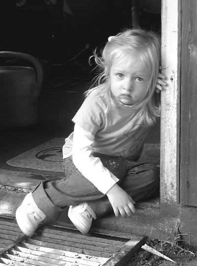 بالصور طفلة حزينة , صور مؤثرة جدا لبنات حزينه وحيدة 646 12